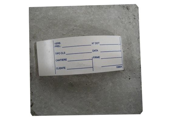 cubetto-calcestruzzo-con-etichetta